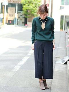 緑のニット・セーター×黒のガウチョパンツ×ベージュのブーティ