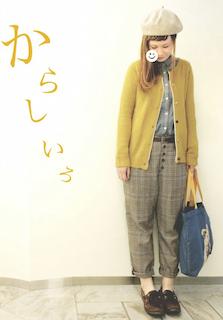 6黄色のカーディガン×グレーブラウス×チェック柄パンツ