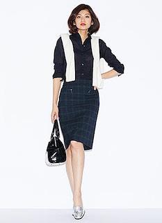 10黒シャツ×チェックタイトスカート×白カーディガン