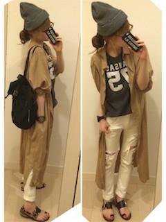 1ロングシャツ×プリントTシャツ×白ジーンズ