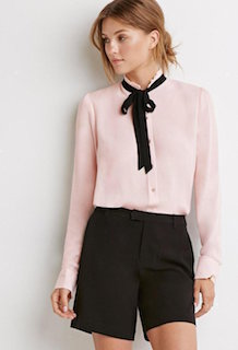 3ピンクのシャツ×黒ネックリボン×黒ショートパンツ