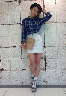 6チェックシャツ×白タイトスカート×アンクルトップサンダル