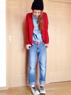 1赤のカーディガン×ジーンズ×デニムシャツ