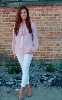 4ピンクのシャツ×白デニムパンツ×ベージュパンプス