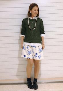緑のニット・セーター×白のシャツ×花柄ショートパンツ×黒のオックスフォード