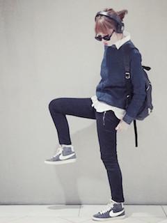9秋の白シャツ×青セーター×カーゴパンツ