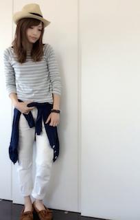 9秋のカーディガン×ボーダーシャツ×白デニムパンツ