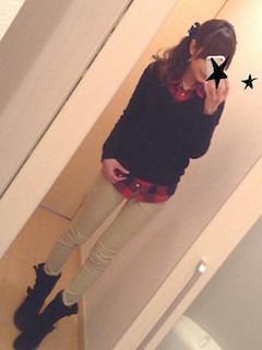 1赤シャツ×黒ニット×白デニム