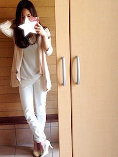 3ピンクのテーラードジャケット×白シフォントップス×白ジーンズ