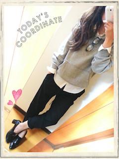 6グレーのパーカー×白シャツ×黒パンツ