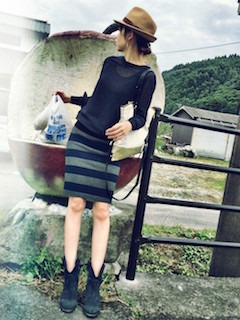 10ネイビーのショートブーツ×黒ニット×ボーダータイトスカート