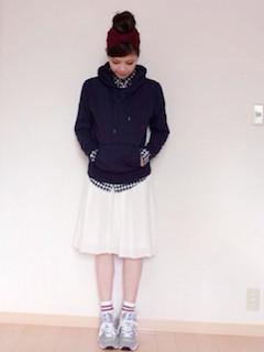 10ネイビーのパーカー×チェックシャツ×フレアスカート