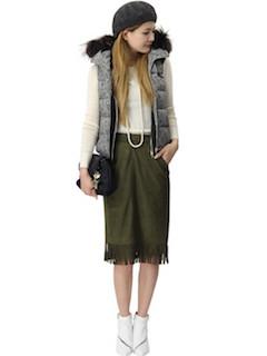 1白のブーツ×ダウンジップベスト×タイトスカート