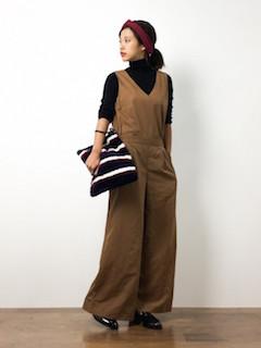 黒のタートルネックニット・セーター×茶色のオールインワン×黒のローファー