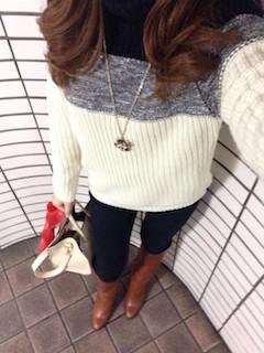 7茶色のロングブーツ×ニットセーター×黒ジーンズ