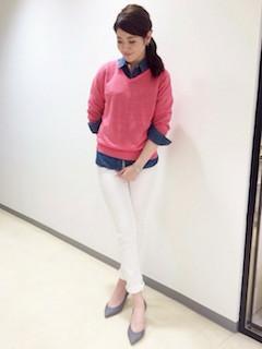 ピンクのニット・セーター×デニムシャツ×白のパンツ×グレーのパンプス