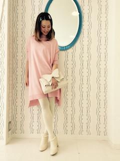 8白のブーツ×ピンクニットワンピース×白タイツ