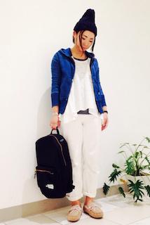 4青のパーカー×白チュニック×白パンツ