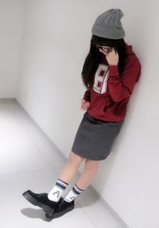 1赤のパーカー×タイトスカート×厚底シューズ