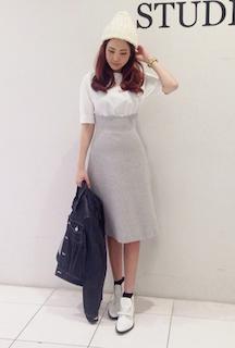 2白のブーツ×白Tシャツ×ミモレ丈Aラインスカート