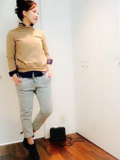 ベージュのニット・セーター×スエットパンツ×シャツ×黒のショートブーツ