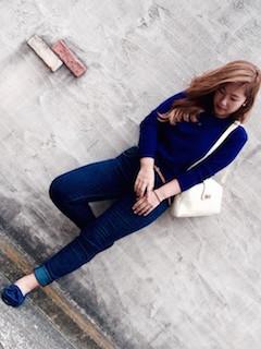 青のニット・セーター×デニム×ネイビーのモカシン