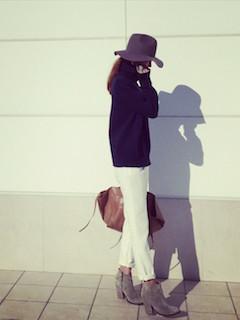 3グレーのショートブーツ×黒ニットセーター×白パンツ