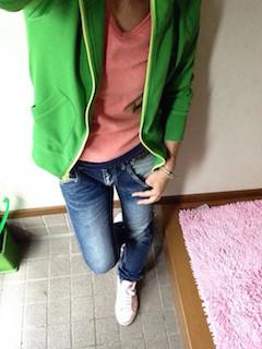 7グリーンのパーカー×オレンジTシャツ×ジーンズ