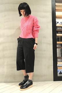 ピンクのニット・セーター×黒のガウチョパンツ×黒のローファー