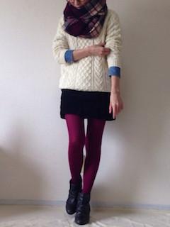 9ブーティ×タイツ×白セーター×ミニスカート