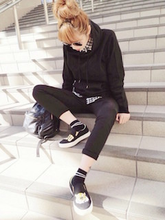 9ユニクロのパーカー×ギンガムチェックシャツ×黒レギパン