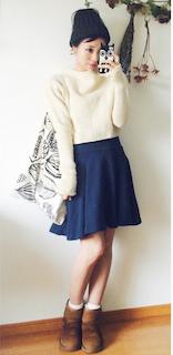 4キャメルのムートンブーツ×白長袖トップス×ミニフレアスカート
