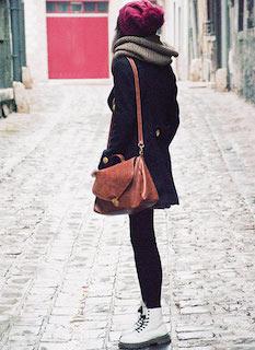 4白のブーツ×スヌード×黒ハーフコート
