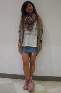 4ピンクのムートンブーツ×ロングカーディガン×ミニタイトスカート
