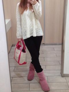 3ピンクのムートンブーツ×白トップス×黒ジーンズ