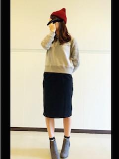 8グレーのショートブーツ×トレーナー×タイトスカート