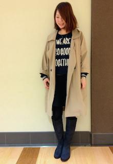 2ネイビーのロングブーツ×チェスターコート×プリントTシャツ