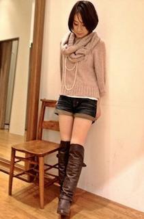 4茶色のニーハイブーツ×タートルセーター×ショートパンツ