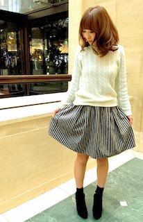 1黒のショートブーツ×白ニットセーター×フレアスカート