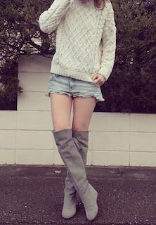 3グレーのニーハイブーツ×セーター×デニムショートパンツ