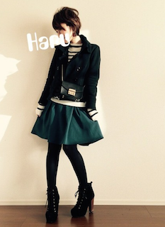 2黒のPコート×ミニフレアスカート×ショートブーツ