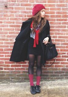 3黒のトレンチコート×ミニスカート×赤カーディガン