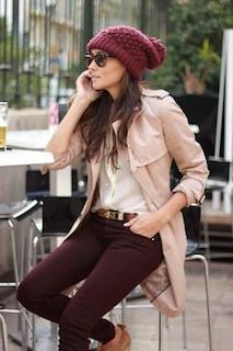 6ピンクのトレンチコート×白ブラウス×カラージーンズ