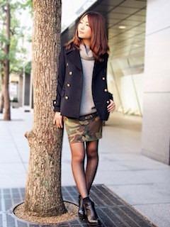 黒のPコート×グレーのニット×迷彩柄のスカート