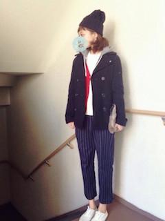 9黒のPコート×赤カーディガン×ストライプ柄パンツ