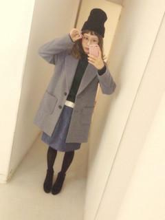 5グレーのチェスターコート×黒ニット帽子×Aラインスカート