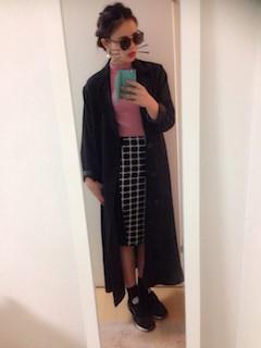 6黒のトレンチコート×ピンクニット×タイトスカート