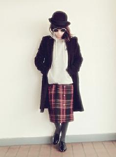3黒のトレンチコート×白パーカー×チェック柄スカート