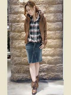 10ブラウンのライダースジャケット×チェックシャツ×デニムスカート