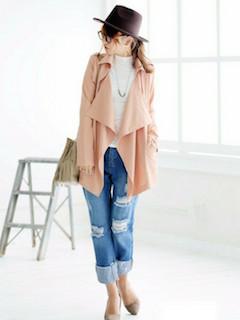 3ピンクのトレンチコート×白ニット×ジーンズ